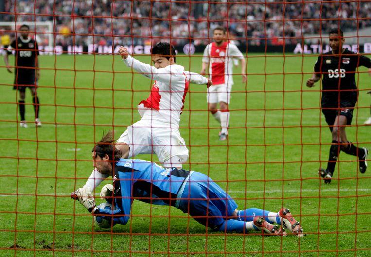 Didulica botst in 2009 met Luis Suárez, waarna hij naar het ziekenhuis wordt afgevoerd. Drie jaar eerder kreeg de doelman al een bal tegen zijn hoofd waarna hij knock-out ging.   Beeld Hollandse Hoogte / ANP