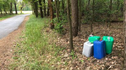 Politie onderzoekt vier gedumpte vaten in bos