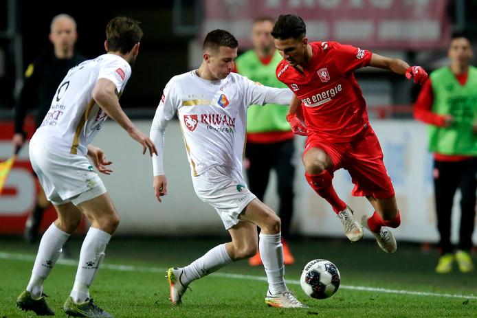 Rafik Zekhnini (rechts) speelt het komende seizoen opnieuw bij FC Twente.