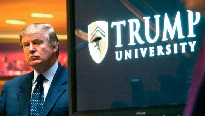 Donald Trump toen hij de Trump University in 2005 aan de pers voorstelde.