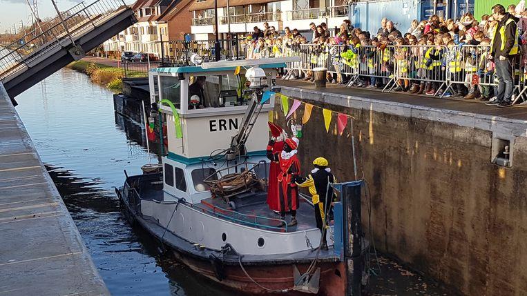 Sinterklaas kwam aan bij Sas 4 met de boot.