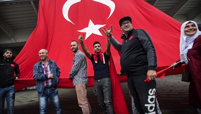 Turkse Nederlanders betogen bij de Erasmusbrug in Rotterdam tegen de mislukte staatsgreep in Turkije. Beeld anp