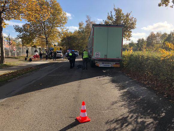 De wagen knalde achter op de vrachtwagen.