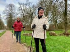 Al 'Nordic walkend' kabbelen Corry en Joke rustig voort