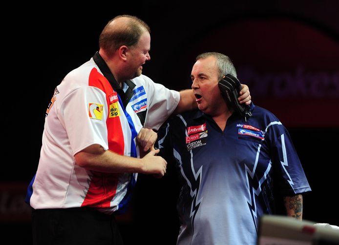 Raymond van Barneveld en Phil Taylor in 2012.