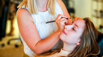 Voor een glamoureuze beach-look: pop-up Brows&Brush