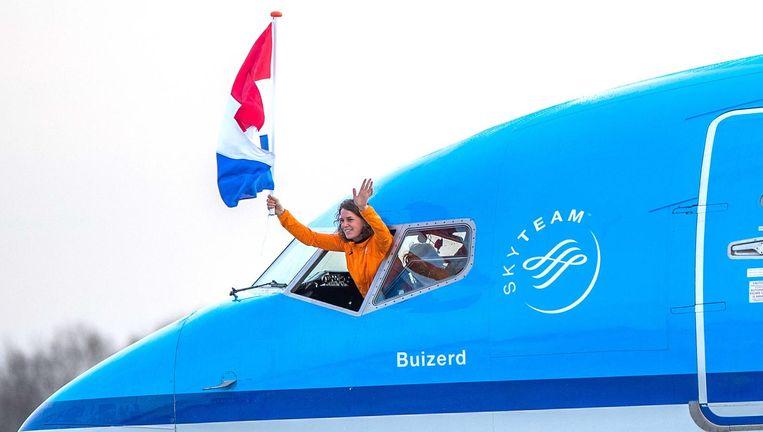 Ireen Wüst hangt uit de cockpit bij terugkomst in Nederland Beeld ANP