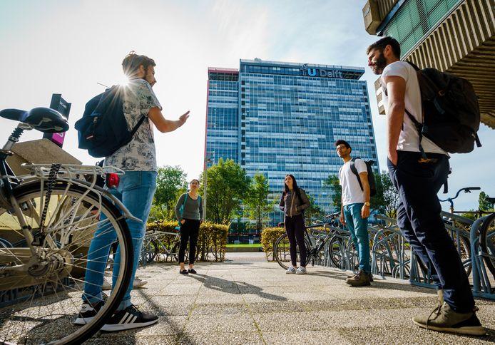 Studenten op de campus van de TU Delft.