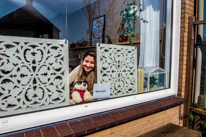 Ook in deze regio zetten mensen een teddybeer voor het raam voor een kinderspeurtocht zoals bij Anarosa Guerrero in Rotterdam-Ommoord.