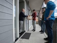 Jeugd aan Zet verrast Geldrop-Mierlose senioren met levensmiddelenpakket. 'Pakketten weggeven maakt vrolijk'