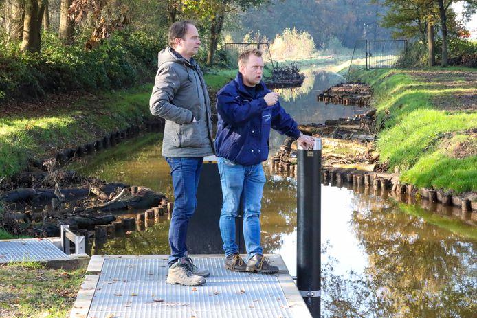 Otto Snellen (links) en Mark Scheepens op de vispassage.