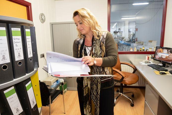 Hugette de Dreu heeft vanaf haar werkplek zicht op de productieruimte waar de sauzen worden gemaakt en de potjes gevuld.