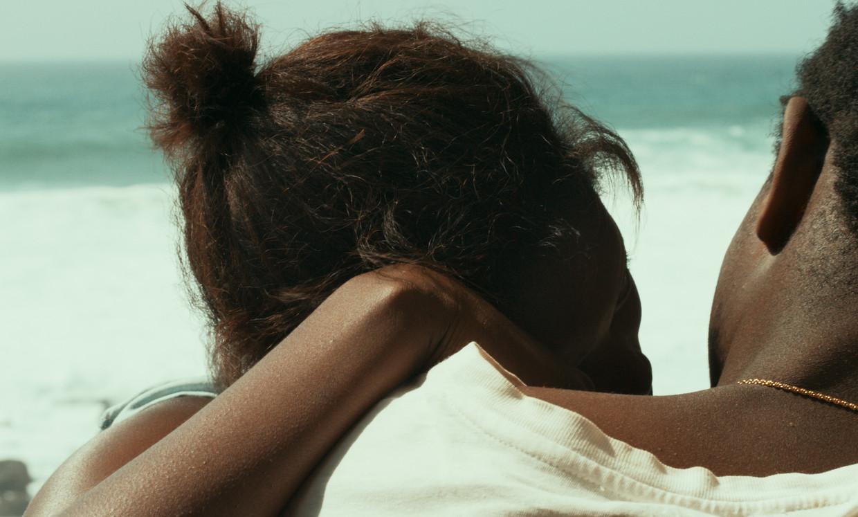 Ada en Souleiman staren naar de Atlantische Oceaan.