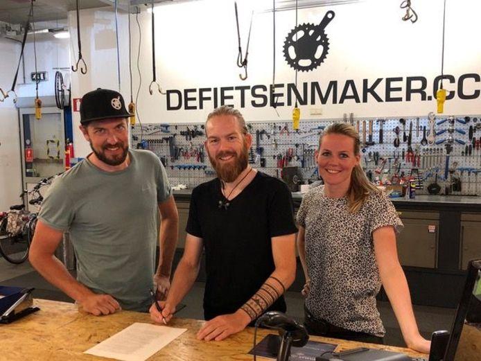Van links naar rechts voorzitter Team DFM Frank Visser, secretaris Dan de Vries en penningmeester Carlijn Sturkenboom.