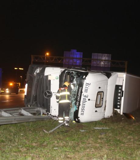 Verbindingsweg tussen A59 en A2 weer vrij, gekantelde vrachtwagen vol drank geborgen