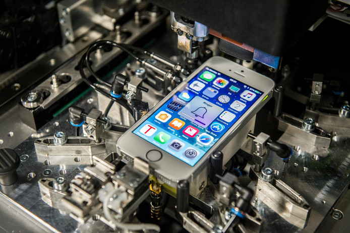 Aanbieder Forza Refurbished controleert tweedehands telefoons sinds twee jaar via speciale robots.