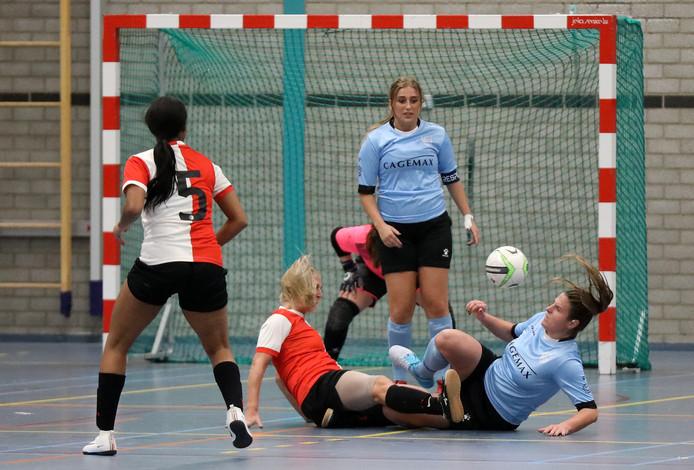 Esther Lakerveld (rechts) namens ZVG in een grondgevecht met de Heerjansdamse Feyenoord-speelster Nikki de Roest. Daniëlle Kortlever kijkt toe.