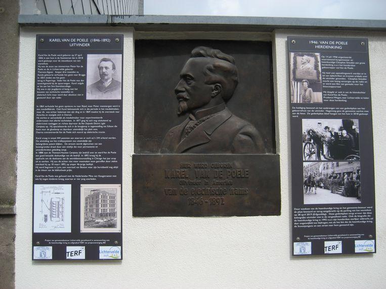 De gedenkplaat voor uitvinder Karel Van de Poele, met twee nieuwe infopanelen.