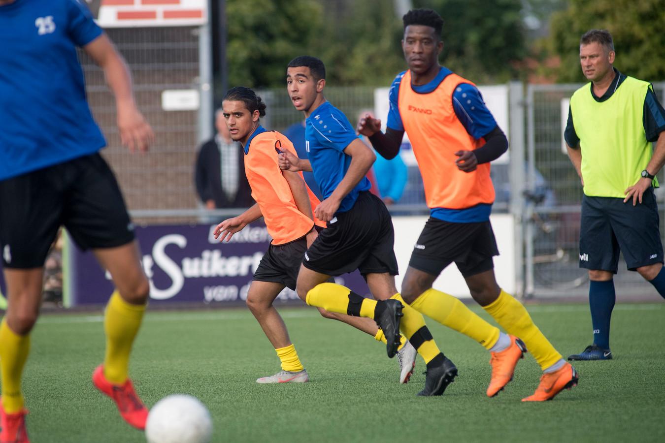 Milad Intezar (links, met oranje hesje) begint aan zijn zevende seizoen bij FC Lienden.