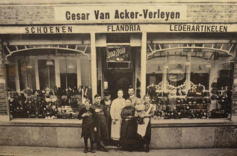 Het begin: de eerste generatie schoenenhandelaars van de familie Van Acker voor hun zaak in 1928.