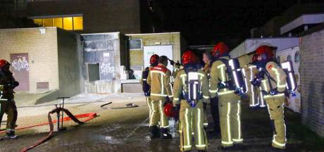 Brand in bijgebouw in Bladel, vijf bewoners appartementencomplex gered met hoogwerker