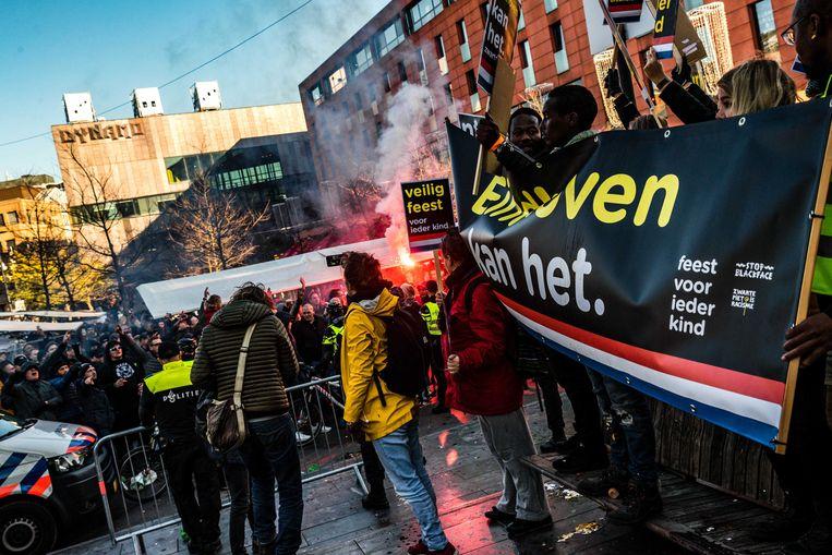 Leden van de harde kern van PSV geven een tegendemonstratie op de actie van Kick Out Zwarte Piet.  Beeld ANP