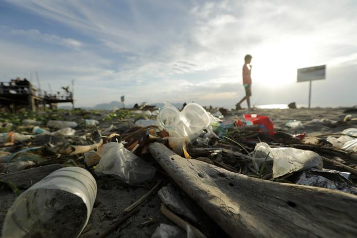 Beeld ter illustratie: Aangespoeld plastic op een strand