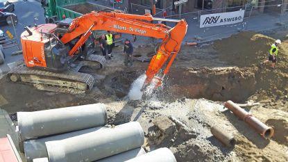 Graafkraan doorklieft hoofdwaterleiding