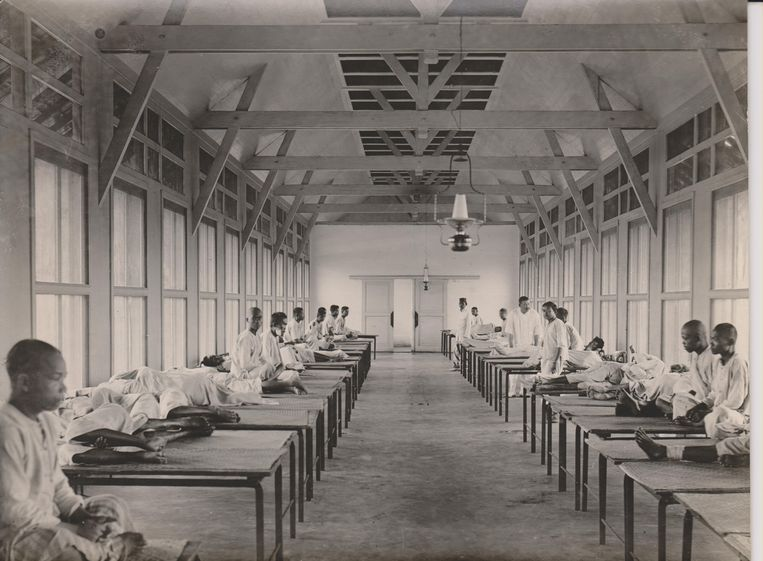 Ziekenzaal in het Centraal Hospitaal Kuala Simpang, Sumatra. 1900-1925. Beeld Collectie Rijksmuseum Boerhaave