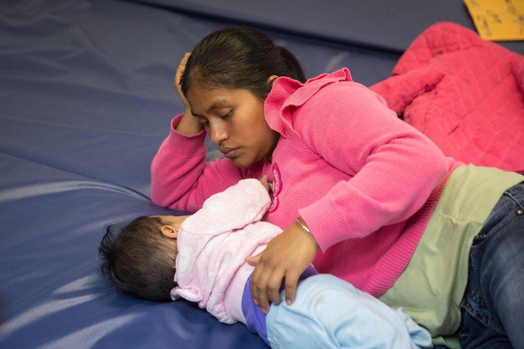 Een vrouw uit Guatemala met haar baby in McAllen, Texas. Ze werd onder het 'catch en release'-beleid vrijgelaten en wacht nu haar zaak af.