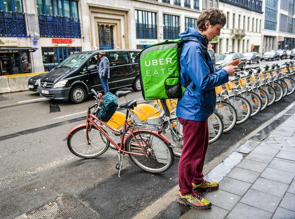 Uber ligt wereldwijd in de clinch met partijen die vinden dat zelfstandige chauffeurs in feite werknemers zijn .