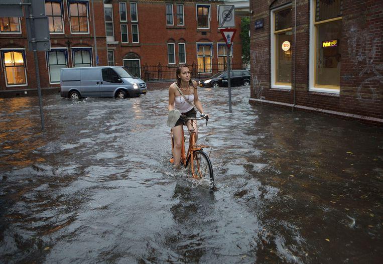 Het nieuwe normaal? Fietsen door de Nieuwe St Jansstraat in Groningen. Beeld  ANP