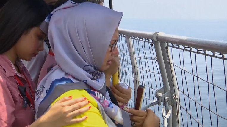 Familieleden van de slachtoffers van het gecrashte Lion Air-vliegtuig zijn naar de plek van het ongeluk gebracht.