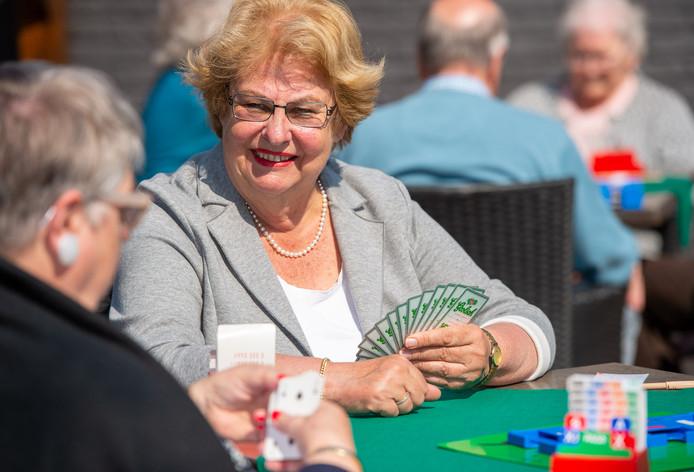 Betty van Ingen aan het bridgen