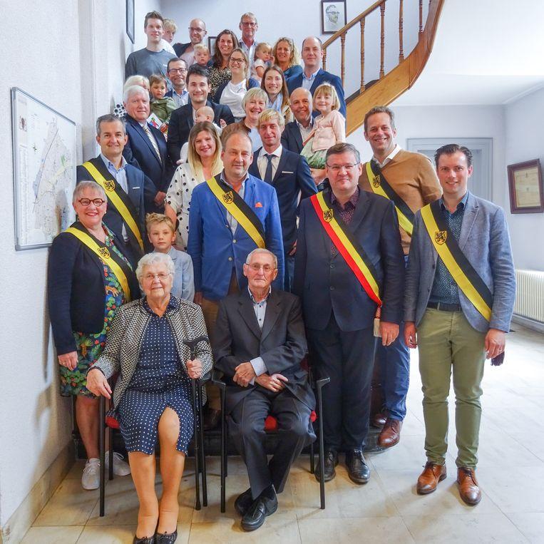 De jubilarissen samen het hun familie en het gemeentebestuur van Kruisem