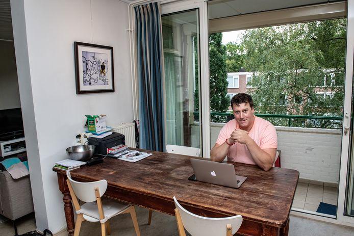 Ronald Arnts woont noodgedwongen in een dure particuliere huurflat.