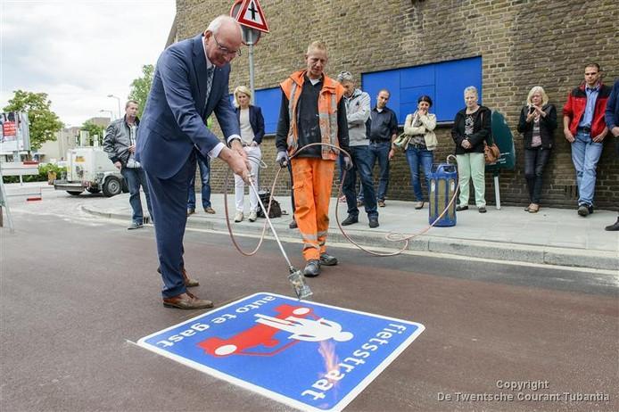 Wethouder Hans van Agteren heeft dinsdag de Lasonderstraat omgedoopt tot fietsstraat.