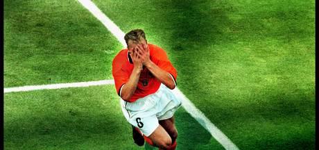 Iconische actie Bergkamp als standbeeld in 'KNVB-tuin'