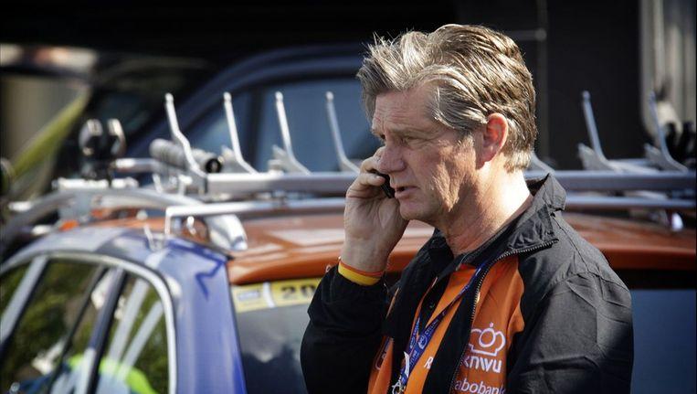 Leo van Vliet zit zondag in een kantoortje voor de televisie.