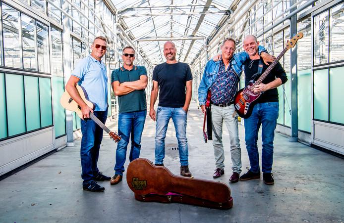 De band Old Sucks oefent in de kas. Alle leden komen uit Boskoop en hebben een binding met de boomkwekerij.