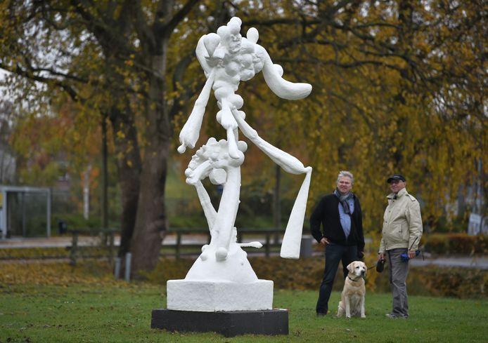 Kunstenaar Guy Timmerman (links), in gesprek met een passerende buurtbewoner, is verguld met de plaats die voor zijn beeld 'Netwerk' gekozen is in het kunstpark tussen Paauwenburg en Vredehof. En met het welkom dat zijn werk krijgt in Vlissingen.