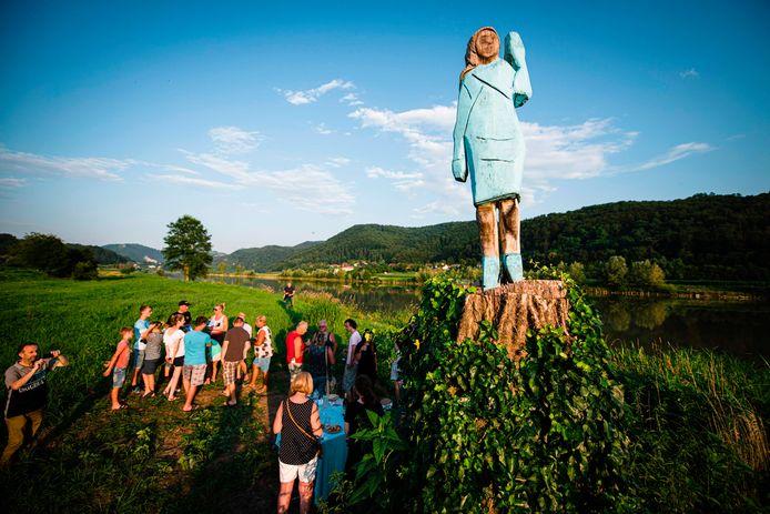 Het vrijdag onthulde houten beeld van de Amerikaanse First Lady Melania Trump trok al meteen flink wat nieuwsgierigen.