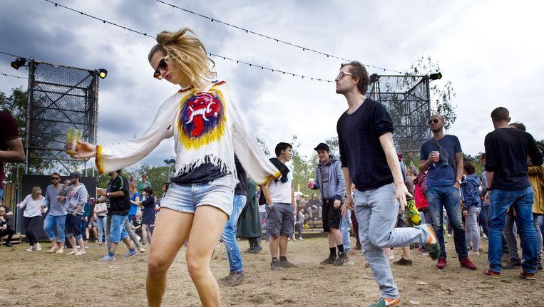 Dansen tijdens DJ-Set Nevermind the British, Best Kept secret festival 2015, Hilvarenbeek, beekse bergen. Beeld Io Cooman
