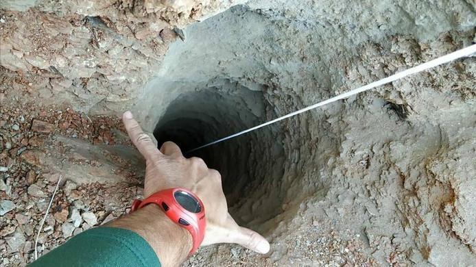 De put waarin Julen vastzit, is zo'n 110 meter diep. Het jongetje zou op zo'n 73 meter vast zitten.