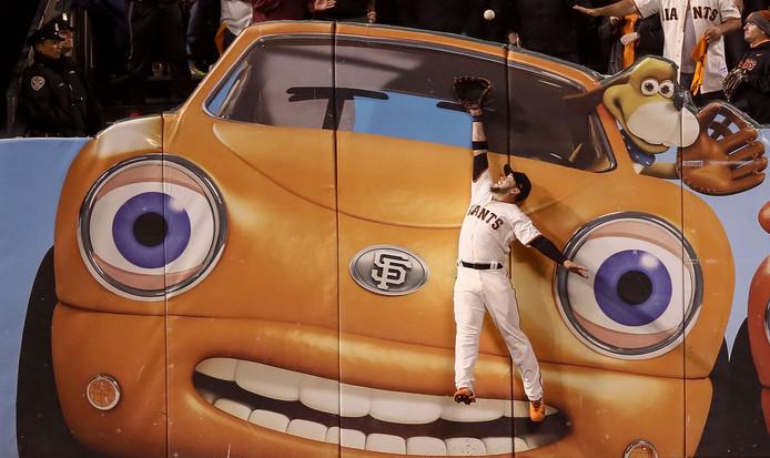 Mooi! Tegen dit decor mist buitenvelder Gregor Blanco van de San Francisco Giants net de bal bij een homerun.