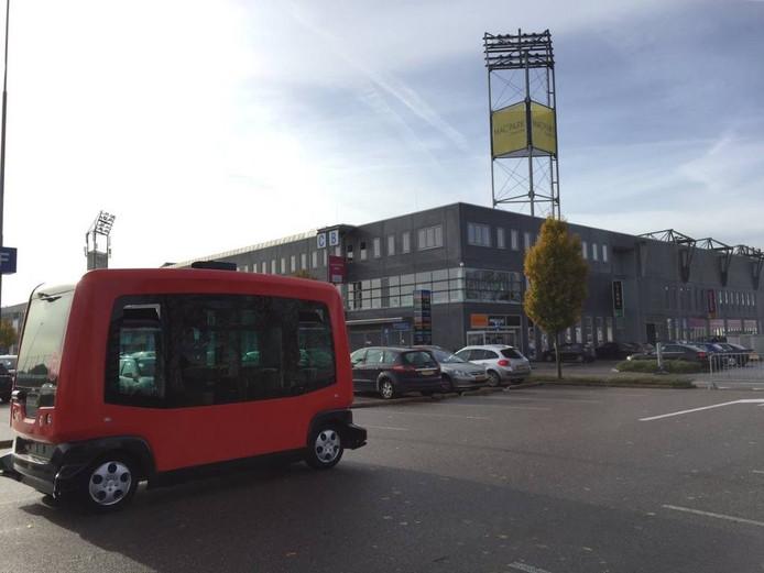 De zelfrijdende shuttle bij het stadion in Zwolle