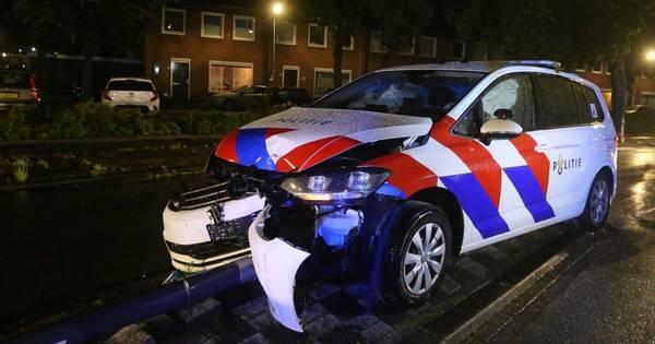 Agent en hond ongedeerd na botsing op lantaarnpaal in Den Bosch.