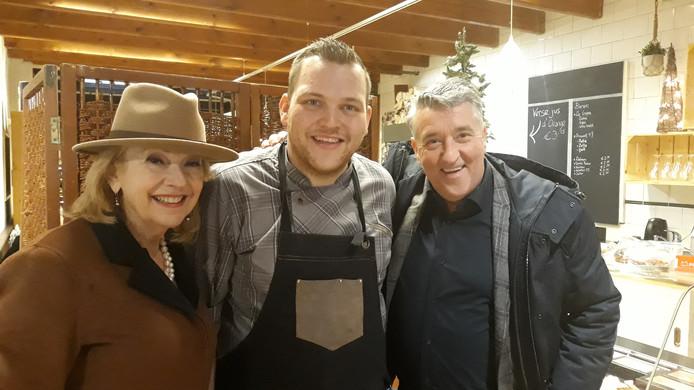 Mike van den Berg (midden) kreeg voor het tv-programma 'Doorbakken' bezoek van Janny van der Heijden en Robèrt van Beckhoven.