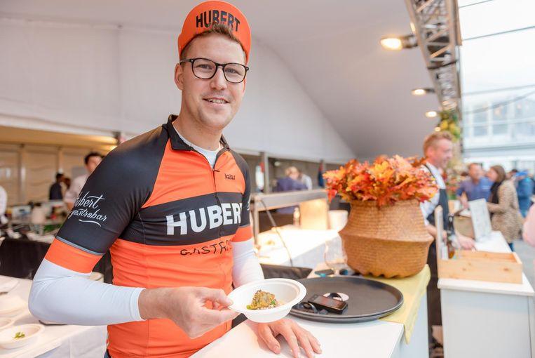 Guillaume Noël in wielertenue, Gastrobar Hubert-stijl.
