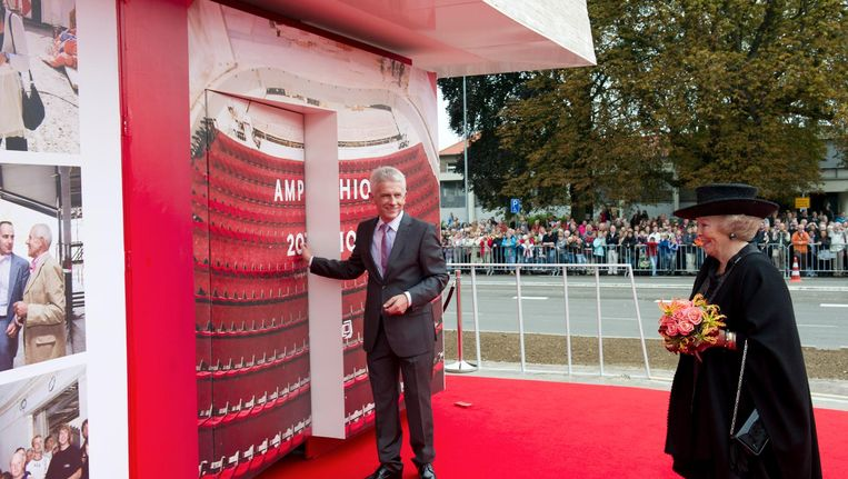 Bijna zeven jaar geleden opende de toenmalige Koningin Beatrix met directeur Henk Raben Schouwburg Amphion in Doetinchem. Beeld null